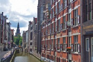 Munttoren o Torre de la Moneda a orillas del canal Singel