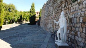 Estatua de Álvar Fáñez junto a la muralla de Hita