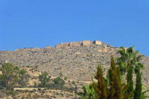 Restos de las murallas de Orihuela rodeando el castillo