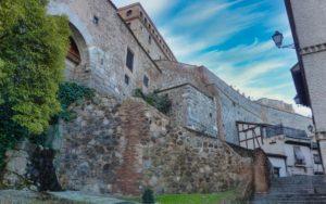 Restos de la muralla de Toledo junto a una de sus puertas