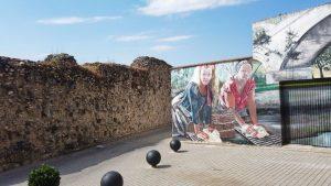 Tramo norte de la muralla junto al mural de las lavanderas