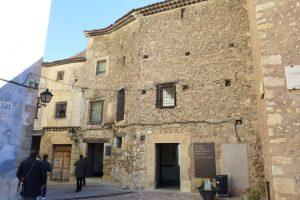 Entrada al Museo de Arte Abstracto Español, ubicado en las Casas del Rey