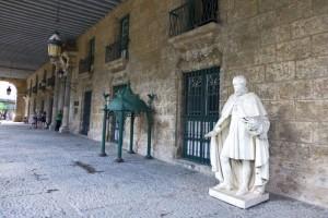 Esculturas a la entrada del Museo de la Ciudad de La Habana