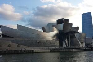 Museo Guggenheim de Bilbao junto a la ría del Nervión