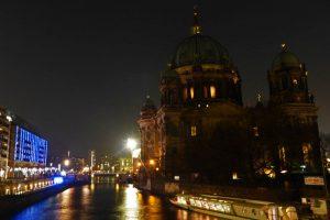 Parada de ferries junto a la Catedral de Berlín