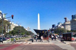 Obelisco de Buenos Aires en el corazón de la Avenida 9 de Julio