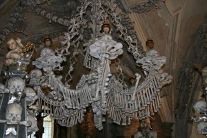 Lámpara de araña del Osario de Sedlec hecha de huesos humanos