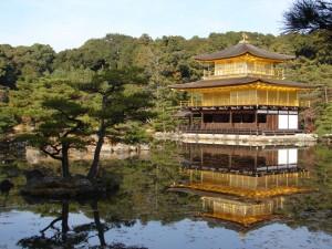 Kinkakuji o Pabellón Dorado en el estanque Espejo de Agua