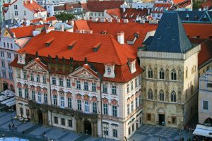 Palacio Golz-Kinský a la izquierda y Casa de la Campana de Piedra a la derecha
