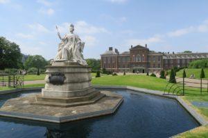 Palacio de Kensington tras la estatua de la Reina Victoria