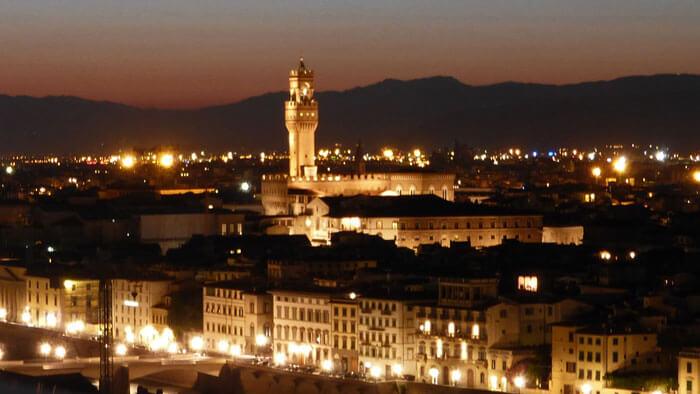 Torre del Palazzo Vecchio dominando las vistas panorámicas de Florencia