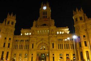 Vista nocturna del Palacio de Comunicaciones en la Plaza de Cibeles