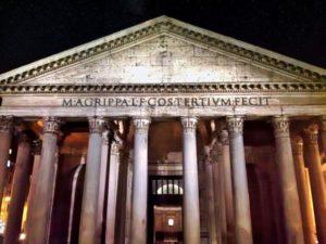 Vista nocturna del Panteón de Roma