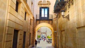 Pasaje bajo una de las torres del Ayuntamiento de Alicante