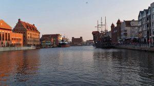 Paseo fluvial de Gdansk (Dlugie Pobrzeze), a la izquierda la Filarmónica Báltica de Polonia y a la derecha el Buque-Museo S.S Soldek