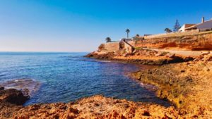 Paseo marítimo entre los acantilados de Cabo Roig