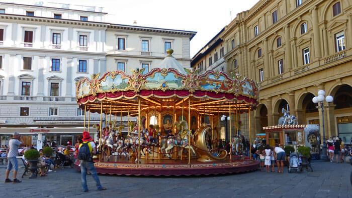 Carrusel en la Plaza de la República, una de las más grandes y visitadas de Florencia, plazas de Florencia
