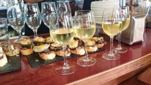 Pintxos y vino Txacoli, típicos de la gastronomía del País Vasco