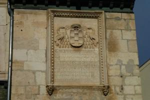 Detalle del escudo del Cardenal Cisneros en el Ayuntamiento de Torrelaguna