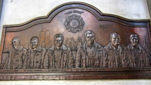 Placa de bronce en honor de los bomberos fallecidos en el 11S