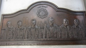 Placa de bronce en honor de los bomberos fallecidos en el 11S en el World Trade Center