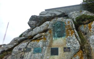 Placas en recuerdo de los naufragios ocurrido en aguas de Finisterre