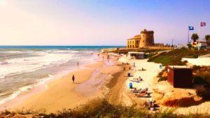 Playa El Conde a los pies de la torre vigía de Pilar de la Horadada