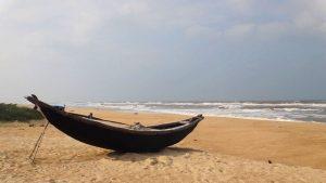 Embarcación tradicional en la playa de Hoi An