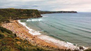Playa de los Locos, muy frecuentada por los surfistas