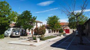 Plaza de la Cebada, rodeada de viviendas tradicionales