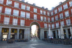Uno de los accesos a la Plaza Mayor de Madrid