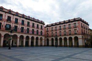 Ultramarinos La Confianza en los bajos de uno de los pintorescos edificios de la Plaza de López Allué