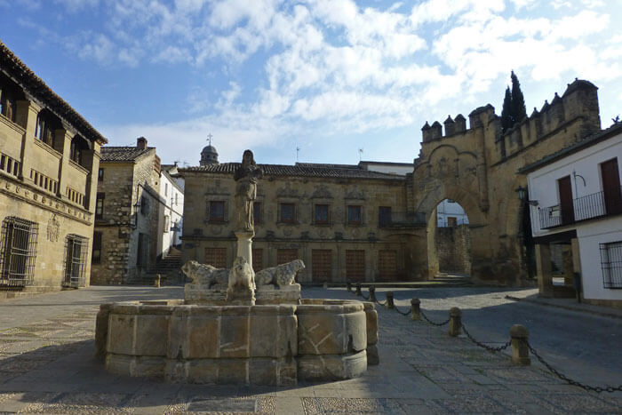 Plaza del Pópulo, rodeándola se encuentran algunos de los edificios civiles más importantes de Baeza