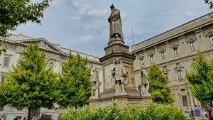 Monumento a Leonardo Da Vinci en Milán, icono del Renacimiento italiano