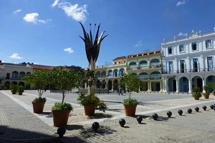 Guía turística con información para visitar las principales plazas de La Habana.
