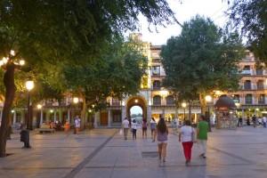 Vista nocturna de la Plaza de Zocodover, plazas, calles y patios de Toledo