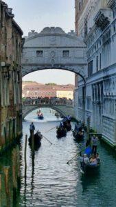 Góndolas bajo el Puente de los Suspiros