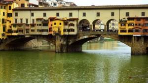 Cruzar el Ponte Vecchio, uno de los planes gratis en Florencia