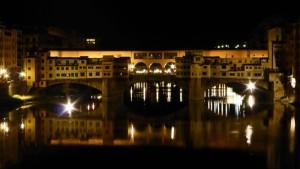 Vista nocturna del Ponte Vecchio de Florencia
