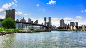 Puente de Brooklyn uniendo las orillas de Manhattan y Brooklyn