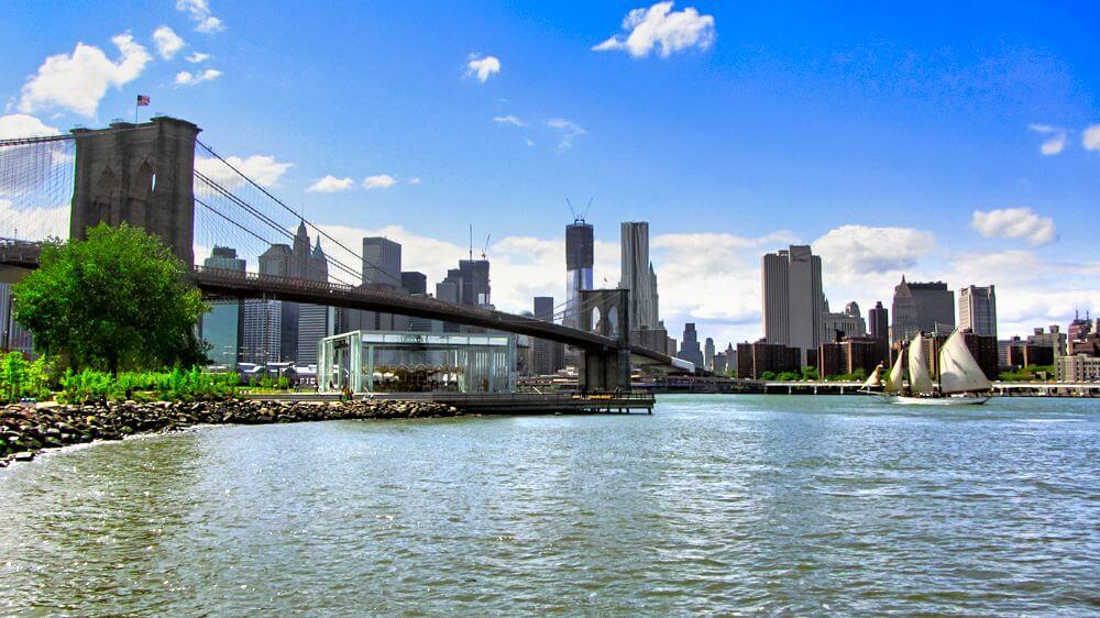 Puente de Brooklyn uniendo las orillas de Manhattan y Brooklyn