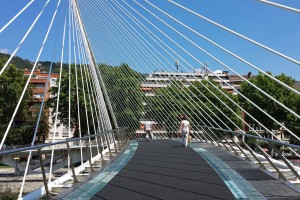 Pasarela de cristal del Puente de Calatrava o Zubizuri, puentes de Bilbao