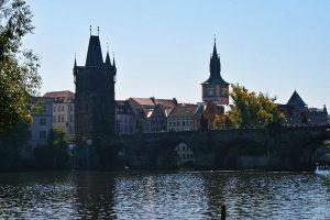 Puente de Carlos uniendo los barrios históricos de Praga