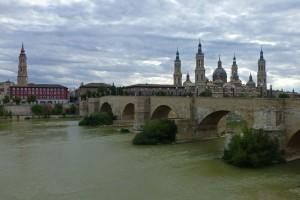 Vista diurna del Puente de Piedra, puentes de Zaragoza