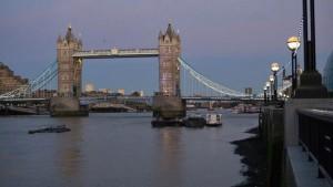 Vista nocturna del Puente de la Torre de Londres