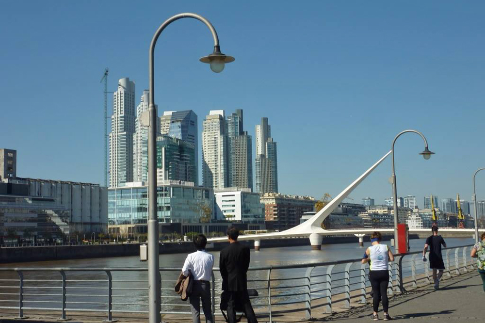 Puente de la Mujer para cruzar a Puerto Madero