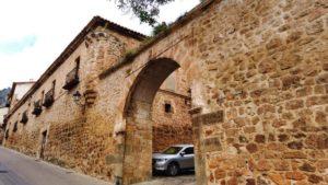 Puerta del Ayuntamiento, uno de los restos de la muralla de Poza de la Sal