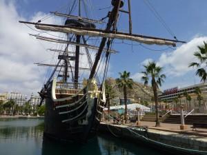 Puerto de Alicante a los pies del Castillo de Santa Bárbara
