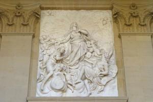 Detalle del relieve en la fachada principal de la Catedral de Pamplona