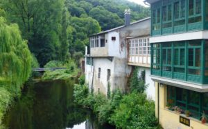Edificios junto al río Sarria